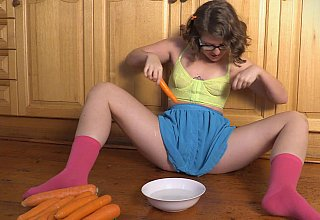 Amateur fucks her pussy with a carrot
